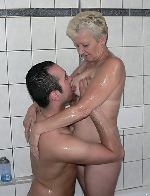 Naked Wet Mature Porn Pictures