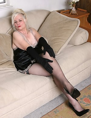 Naked Mature Gloves Porn Pictures