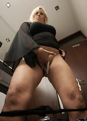 Naked Mature Toilet Porn Pictures