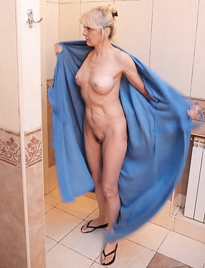 Naked Mature Bathroom Porn Pictures